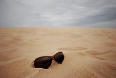 De glazen van het zonoog op de achtergrond van het zandduin met onweers blauwe hemel Royalty-vrije Stock Afbeeldingen