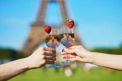 De glazen van de paarholding voor de toren van Eiffel royalty-vrije stock foto's