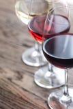 De glazen van rood, namen en witte wijn toe Royalty-vrije Stock Fotografie
