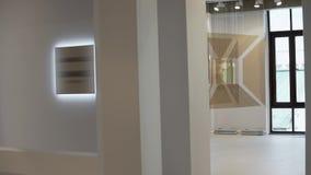 De glazige installaties die met witte koorden hangen worden voorgesteld bij modern kunstmuseum stock video