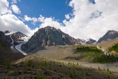 De gletsjer en de rivier van Aktru stock afbeeldingen