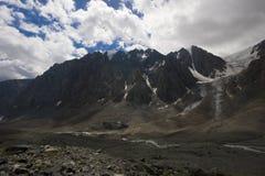 De gletsjer en de rivier van Aktru royalty-vrije stock afbeelding