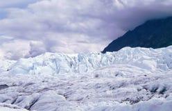 De gletsjer van Matanuska tegen bergen Stock Foto's