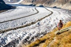 De Gletsjer Zwitserland van Aletsch van wandelingsbergen stock afbeelding