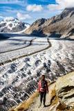 De Gletsjer Zwitserland van Aletsch van wandelingsbergen royalty-vrije stock afbeeldingen