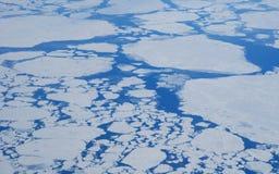 De gletsjers en de bergen van Groenland, mening van een vliegtuig royalty-vrije stock foto