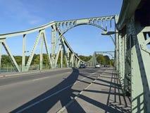 De Glienicke-brug tussen Berlijn en Potsdam dat vroeger was Royalty-vrije Stock Afbeelding
