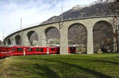 De glijdende bewegingen van de Trein van alpen aan viaduct stock foto