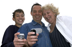 De glimlach die van de familie met celtelefoon ontspruit Royalty-vrije Stock Afbeelding