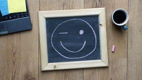 De glimlach en knipoogt stock afbeeldingen