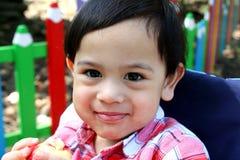 De glimlach van de babyjongen in het park bij de zomer Royalty-vrije Stock Afbeelding