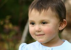 De Peuterglimlach van het babymeisje stock foto's