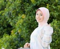 De glimlach van de schoonheid van het moslimmeisje Stock Afbeeldingen
