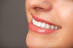 De glimlach van een vrouw Stock Afbeeldingen
