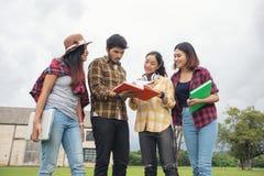 De Glimlach van groepsstudenten en heeft pret het ook helpt om ideeën i te delen Stock Afbeelding