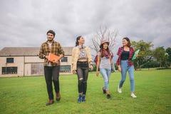 De Glimlach van groepsstudenten en heeft pret het ook helpt om ideeën i te delen Stock Fotografie