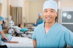 De glimlachende Afdeling van Verplegerstanding in hospital royalty-vrije stock foto