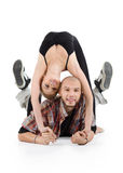 De glimlachende ballerina overbrugt en kale breakdancer ligt op vloer Stock Foto