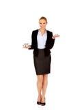De glimlachende bedrijfsvrouw vergelijkt twee huismodellen Stock Foto's
