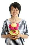 De glimlachende bloem van de meisjesholding Royalty-vrije Stock Afbeeldingen