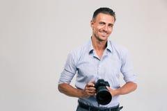 De glimlachende camera van de fotograafholding royalty-vrije stock foto
