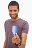 De glimlachende creditcard van de mensenholding Stock Foto