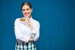 De glimlachende creditcard van de vrouwenholding Stock Fotografie