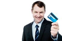 De glimlachende creditcard van de zakenmanholding Royalty-vrije Stock Foto's