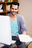 De glimlachende documenten van de ontwerperlezing Royalty-vrije Stock Foto's