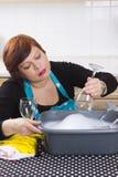 De glimlachende glazen van de huisvrouwen schoonmakende wijn Royalty-vrije Stock Foto
