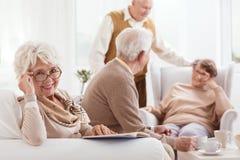 De glimlachende grootmoeder leest boek royalty-vrije stock fotografie