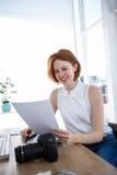 de glimlachende hipster dossiers van de bedrijfsvrouwenlezing Royalty-vrije Stock Fotografie