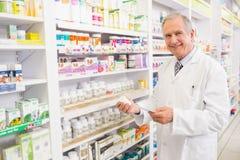 De glimlachende hogere geneeskunde en het voorschrift van de apothekerholding Royalty-vrije Stock Foto