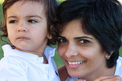 De glimlachende Indische moeder van het Oosten en jong zoonsportret Stock Afbeeldingen