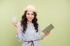 De glimlachende jonge Aziatische creditcard en de tablet van de vrouwenholding Royalty-vrije Stock Afbeelding