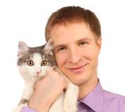 De glimlachende jonge mens houdt verraste kat geïsoleerde royalty-vrije stock foto