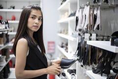 De glimlachende jonge vrouw Aziaat met het winkelen en koopt bij wandelgalerij/supermar stock afbeeldingen