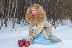 De glimlachende jonge vrouw met ongebruikelijk kapsel stelt met appelen Royalty-vrije Stock Foto's