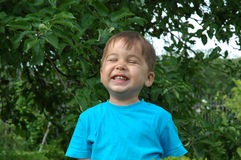 De glimlachende jongen. De gelukkige kinderjaren Stock Afbeelding