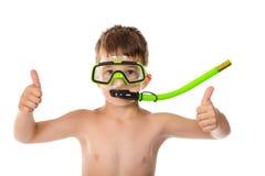De glimlachende jongen in het duiken masker met duim ondertekent omhoog Stock Afbeeldingen