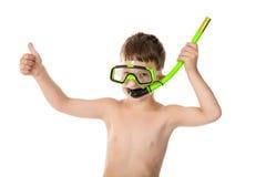 De glimlachende jongen in het duiken masker met duim ondertekent omhoog Royalty-vrije Stock Afbeeldingen