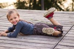 De glimlachende jongen ligt met pompoenen Royalty-vrije Stock Afbeelding