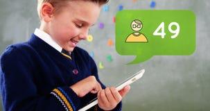 De glimlachende jongen speelt met zijn tablet 4k royalty-vrije illustratie