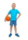 De glimlachende jongen van de basketbalspeler met bal Stock Foto's