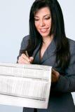 De glimlachende krant van onderneemsterfinanciën royalty-vrije stock afbeeldingen