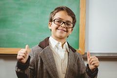 De glimlachende leerling kleedde zich omhoog als leraar die duimen omhoog doen Stock Foto's