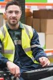 De glimlachende machine van de bestuurders werkende vorkheftruck Royalty-vrije Stock Foto