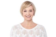 De glimlachende medio toevallige vrouw stelt Stock Afbeelding