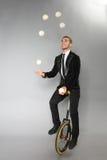 De glimlachende mens jongleert met ballen Royalty-vrije Stock Foto