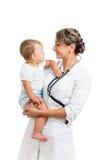 De glimlachende pediater baby van de artsenholding op handen royalty-vrije stock afbeeldingen